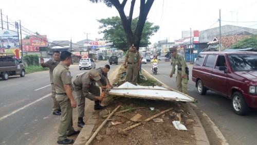 Penertiban Spanduk oleh Satpol PP Kecamatan Cileungsi